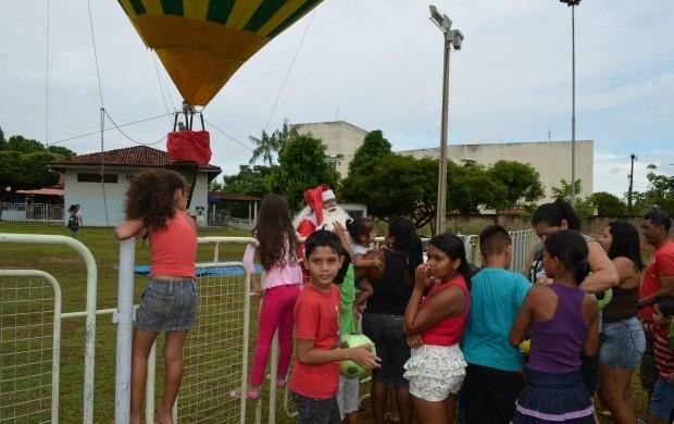 Papai Noel desceu de balão para alegria da criançada (Foto: Thiago Cabral)