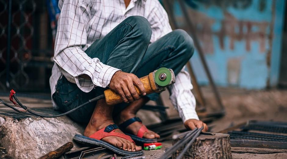 pedreiro; operário; funcionário; empregado; aço; ferramenta; (Foto: Pixabay)