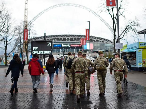Soldados do exército são vistos perto do estádio de Wembley, em Londres, antes do amistoso entre Inglaterra e França (Foto: Dylan Martinez/Livepic/Reuters)