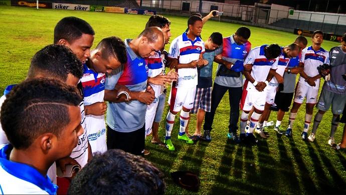 Jogadores do Piauí fazem oração após time sair do rebaixamento (Foto: TV Clube)