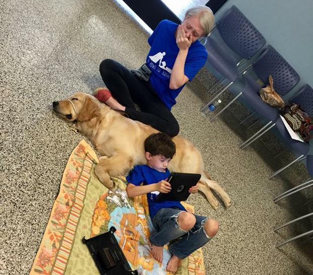 Shannon chora ao ver filho com o cachorro (Foto: Reprodução/Facebook)