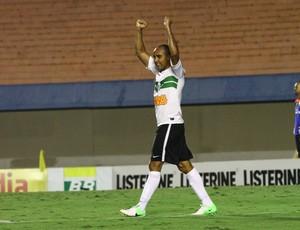 Deivid comemora primeiro gol pelo Coritiba, no duelo com o Atlético-GO (Foto: Raphael Brauhartd / Divulgação Coritiba)