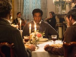 Filme '12 years a slave', ao lado de 'Trapaça', tem sete indicações ao Globo de Ouro 2014 (Foto: AP Photo/Fox Searchlight Films)