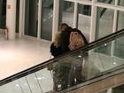 Flávia Alessandra e Otaviano Costa trocam beijos em shopping no Rio