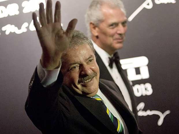 O ex-presidente do Brasil Luiz Inácio Lula da Silva e o presidente da Pirelli, Marco Tronchetti Provera, durante apresentação do Calendário 2013 da companhia, em evento realizado no Rio de Janeiro. (Foto: Felipe Dana / AP Photo)