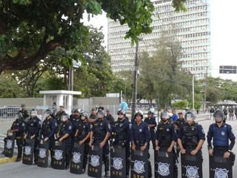 Guarda Municipal e Batalhão de Choque fazem barreiras na avenida (Foto: Luna Markman/G1)