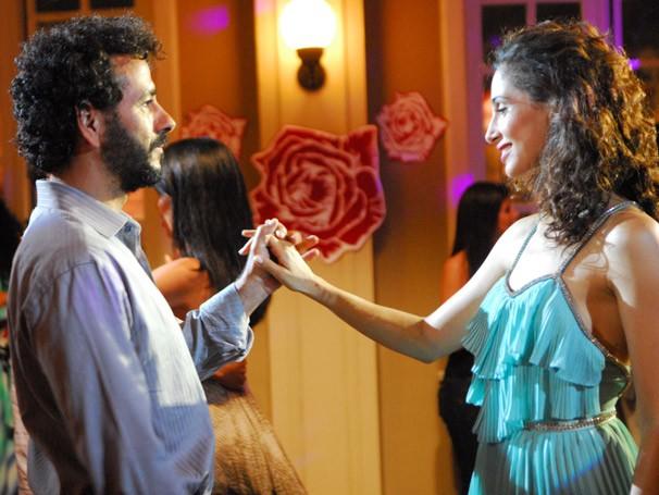 Gustavo (Marcos Palmeira) e Rose (Camila Pitanga) se apaixonam e a faxineira faz o perfumista mudar (Foto: João Miguel Jr. /Rede Globo)