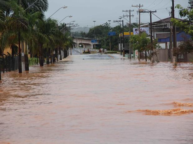Avenida Vereador Oswaldo Florêncio repleta de água (Foto: Júpter Darwin Furquim/Arquivo Pessoal)