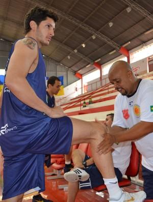 O ala Dedé, do São José Basquete, recebe massagem de Pia (Foto: Danilo Sardinha/Globoesporte.com)