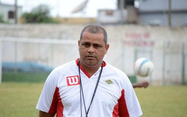 Técnico da Cabofriense, Roy (Foto: Léo Borges)