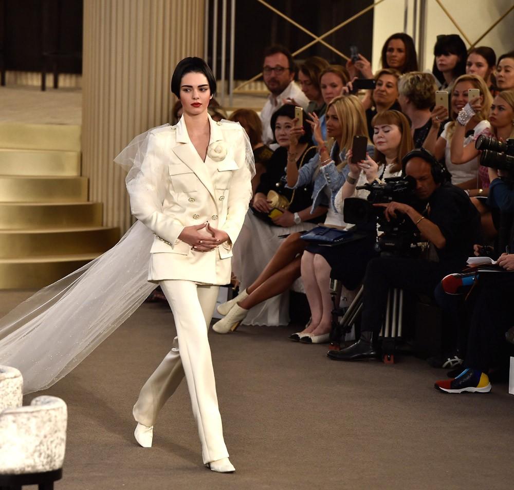 Kendall Jenner foi um dos nomes reunidos no casino armado pela Chanel para o desfile couture de inverno 2015 (Foto: Getty Images)