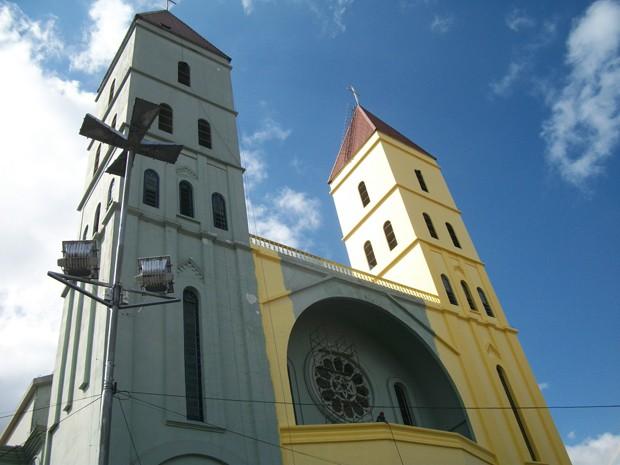 A igreja matriz de Nossa Senhora da Penha está recebendo uma nova pintura (Foto: Marcelo Mora/G1)