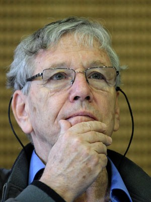 O escritor israelense Amos Oz em foto de abril de 2010 (Foto: Attila Kisbenedek/AFP)