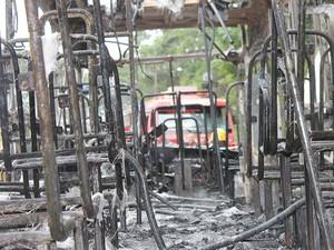 Ônibus ficou completamente destruído na Caieira do Saco dos Limões, em Florianópolis (Foto: Ronney Mendes/Divulgação)