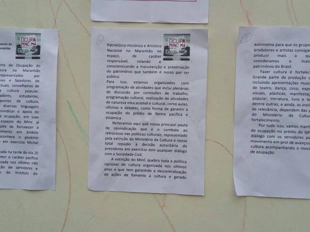 Nota da liderança do movimento de ocupação afixada em frente ao prédio do Iphan (Foto: Danilo Quixaba)
