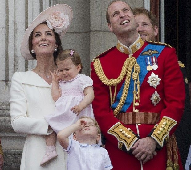 Princesa Charlotte parece se incomodar com o barulho dos aviões (Foto: JUSTIN TALLIS / AFP)