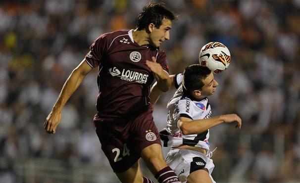 Lanús e Ponte Preta empataram por 1x1 na última quarta no Pacaembu (Foto: AP)