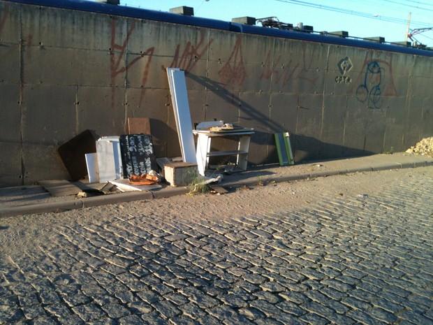 Lixo foi abandonado em calçada na Vila Maria de Maggi (Foto: Rogério Miranda Cavalcante/VC no G1)