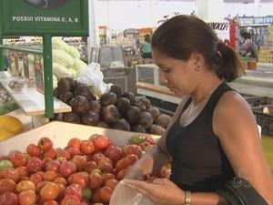Consumidores do Acre sentem no bolsa o preço do tomate (Foto: Reprodução TV Acre)