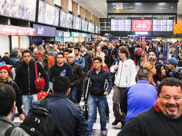 Resultado de imagem para Cancelamento de voos provocou filas no Aeroporto de Congonhas nesse sábado