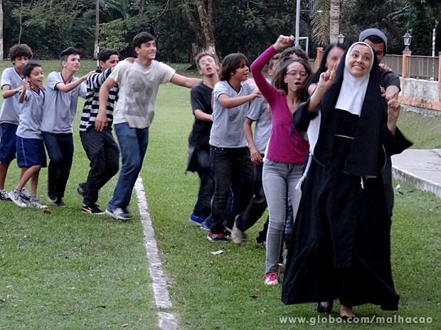 Tem freira no funk! Irmã puxa o trenzinho de alunos no pátio do colégio (Foto: Malhação / TV Globo)