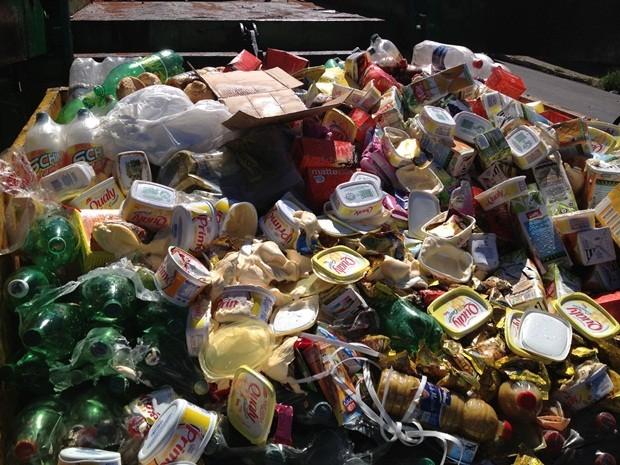 Centenas de produtos estavam impróprias para consumo (Foto: André Godinho/TV TEM)
