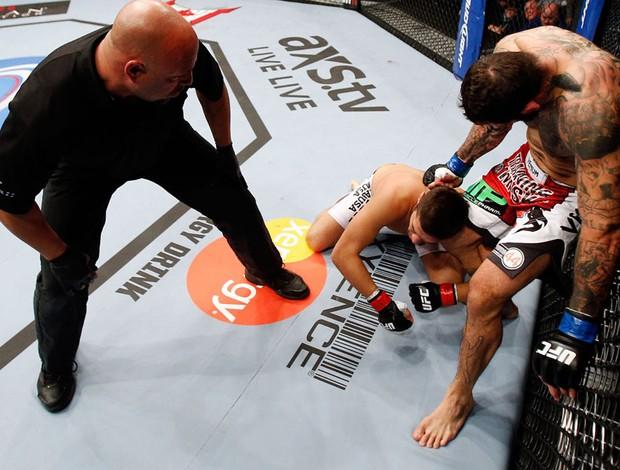 UFC 154 Patrick Cote e Dan Miragliotta (Foto: Agência Getty Images)