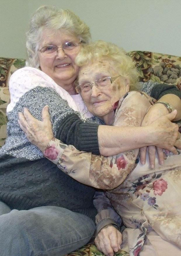 Mãe e filha se reencontraram após 82 anos nos EUA (Foto: Kimberly Miccio/AP)