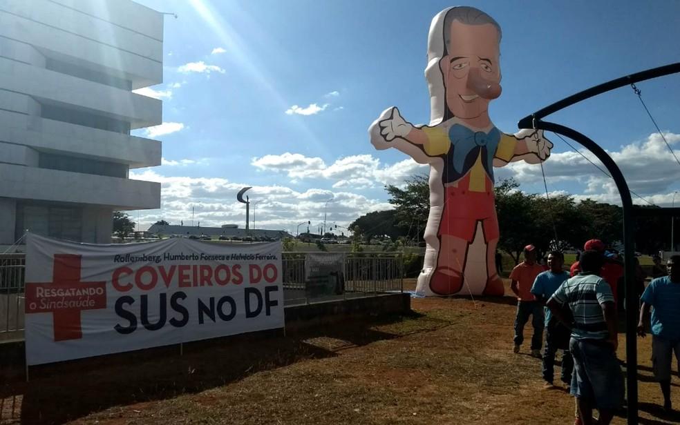 Boneco inflado por sindicalistas em frente à Câmara Legislativa do DF, com crítica a governador Rollemberg (Foto: Marília Marques/G1)
