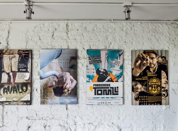 Os pôsteres são os originais dos filmes que Joana produziu como cineasta (Foto: Lufe Gomes/Life by Lufe)