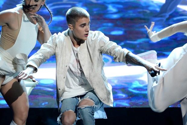 Os rasgos nos jeans de Justin Bieber: cuidado para não exagerar na dose (Foto: Getty Images)