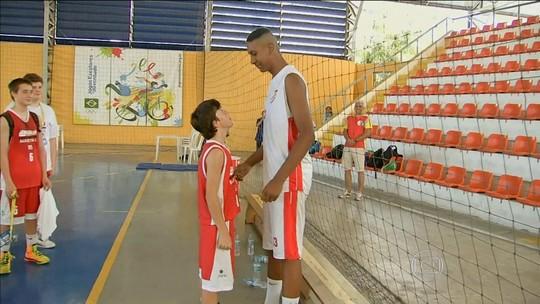 Com 2,04m aos 14 anos, pivô paulista impressiona nos Jogos Escolares