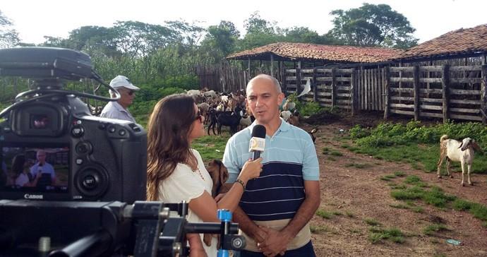 Veterinário Clayson Amaral explica que o bode tem uma importância econômica e cultural (Foto: Gshow/Rede Clube)