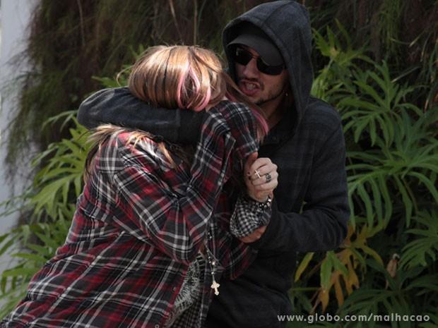Esse Sal é um bandido! O bad boy arma e consegue levar a Lia... (Foto: Malhação / Tv Globo)