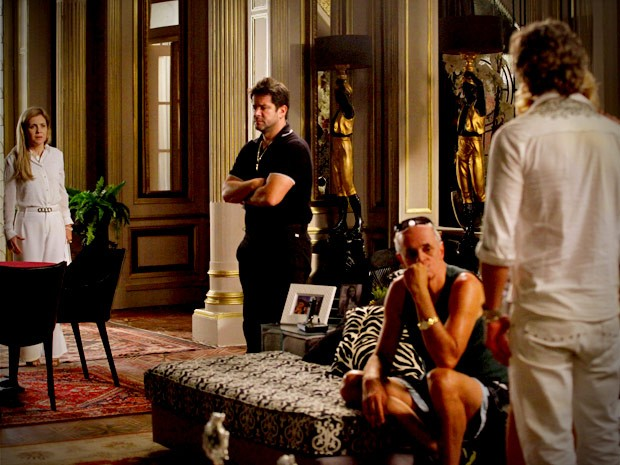 Carminha congela ao dar de cara com Max na mansão (Foto: Avenida Brasil / TV Globo)
