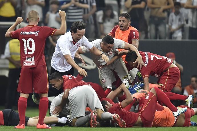 Fernando Diniz comemora com jogadores do Audax - Corinthians e Audax (Foto   Mauro Horita 864533c4a4326