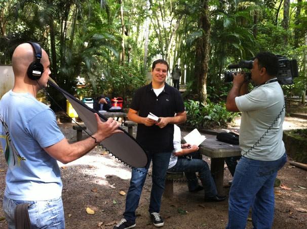 O repórter Paulo mario no campus da PUC-Rio (Foto: Divulgação)