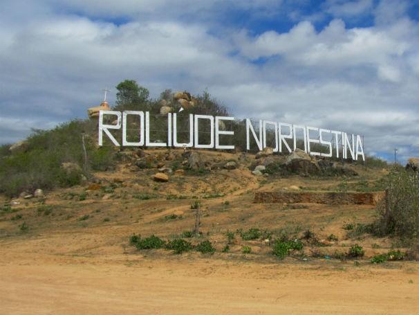 Letreiro instalado na cidade de Cabaceiras que faz referência a Hollywood (Foto: Divulgação / Prefeitura de Cabaceiras)