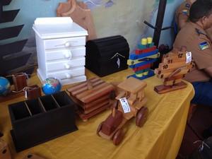 Artefatos de madeira produzidos pelos internos do Iapen em Macapá (Foto: John Pacheco/G1)