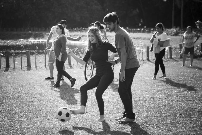 1 - Eliza e Jonatas jogando bola (Foto: Raphael Dias/Gshow)