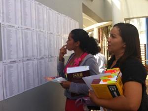 A estudante Alcirene Vieira (à dir.), 30, que presta o exame pela segunda vez, confere sala para fazer a prova (Foto: Patrícia Alencar/G1)