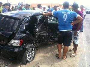Populares observam o dano causado pelo choque entre os veículos (Foto: Henrique Pereira/ G1)