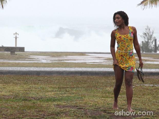 Erika encara a chuva e o frio por cena da personagem (Foto: Carol Caminha/TV Globo)