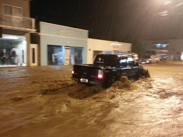 Cidade de Irati, na região central do Paraná, também sofre com os alagamentos (Foto: Marcelo Martiniaki/ Vc no G1)