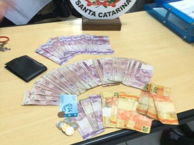 Cerca de R$120 mil foi abandonado por grupo durante fuga (Foto: Polícia Militar/ Divulgação)
