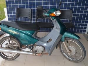 Uma das motos foi abandonada pelos suspeitos em um bairro da zona Oeste; vítima foi à delegacia para reaver o veículo (Foto: Érico Veríssimo/G1)