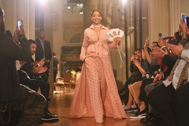 Rihanna desfila no Paris Fashion Week  (Foto: Getty Image)