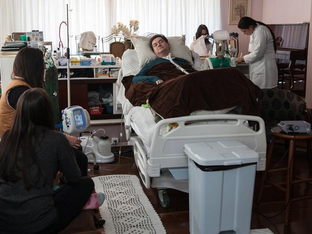 Desde o acidente, as filhas, esposa e enfermeiras são responsáveis por cuidar do empresário (Foto: Marcelo Brandt/G1)