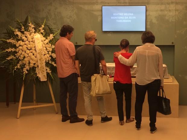 Parentes e amigos compareceram ao velório da jornalista Beatriz Thielmann. (Foto: Henrique Coelho/ G1)