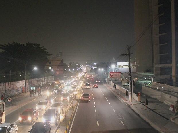 Céu ficou acinzentado mesmo sem indícios de chuva; motoristas enfrentaram fumaça na Av. Djalma Batista  (Foto: Indiara Bessa/G1 AM)